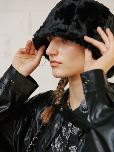 韓国ブランド「13MONTH」のFAUX FUR BUCKET HAT (BLACK)