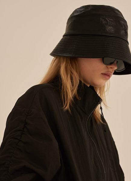 韓国ブランド「13MONTH」のSTITCH LEATHER BUCKET HAT (BLACK)