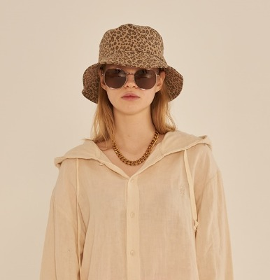 韓国ブランド「13MONTH」のLEOPARD BUCKET HAT (BROWN)