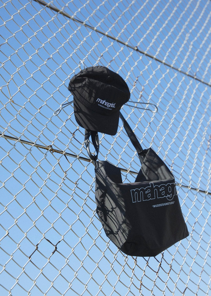 韓国ブランド「mahagrid」のTHIRD LOGO MINIMAL SHOULDER BAG[BLACK]