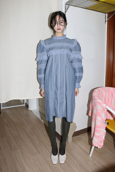韓国ブランド「moaoL」のfrill pintuck midi dress (blue)