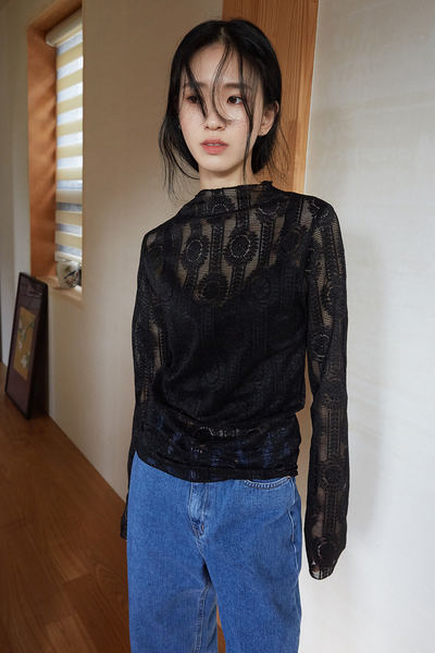 韓国ブランド「moaoL」のpunching floral blouse (2colors)