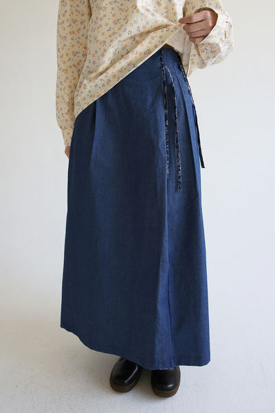 韓国ブランド「moaoL」のpaisley strap washed skirts (light blue)