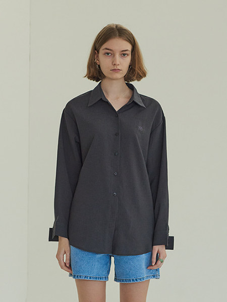 韓国ブランド「TMO BY 13MONTH」のDIAGONAL BUTTON SHIRT (CHARCOAL)