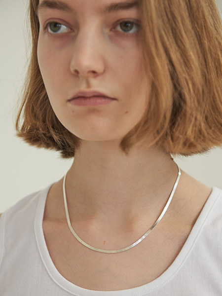 韓国ブランド「TMO BY 13MONTH」のFLAT SNAKE CHAIN NECKLACE (SILVER)