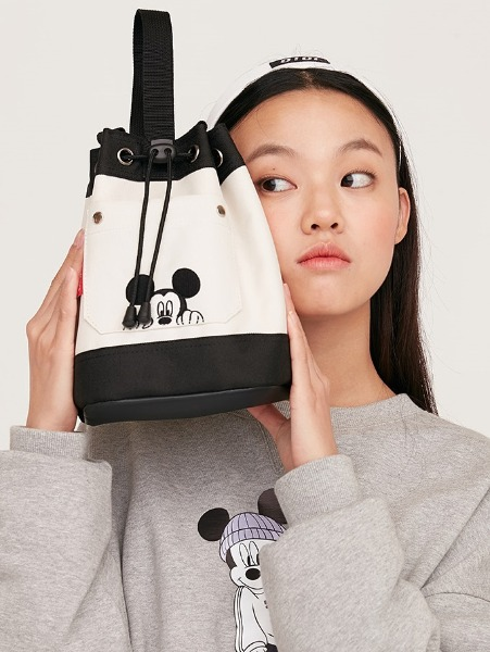 韓国ブランド「5252 by oioi」のPOCKET BUCKET CROSS BAG_ivory
