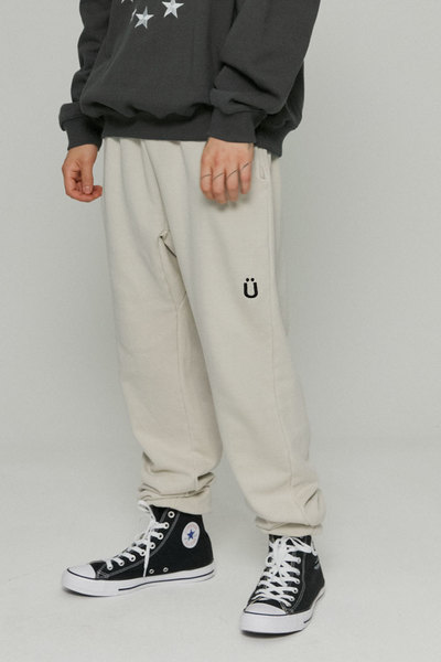 韓国ブランド「ISTKUNST」のU LOGO PIGMENT SWEATPANTS[CREAM]