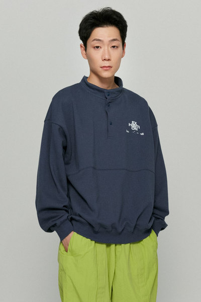 韓国ブランド「ISTKUNST」のEXHIBITION PULLOVER SWEATSHIRTS[BLUE]