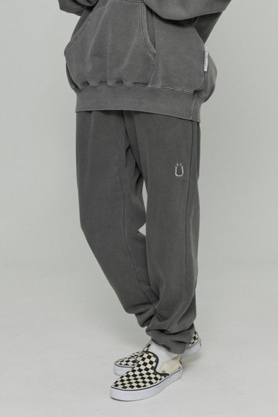韓国ブランド「ISTKUNST」のU LOGO PIGMENT SWEATPANTS[BLACK]