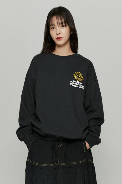 韓国ブランド「ISTKUNST」のSUNSMILE SWEATSHIRTS[CHARCOAL]