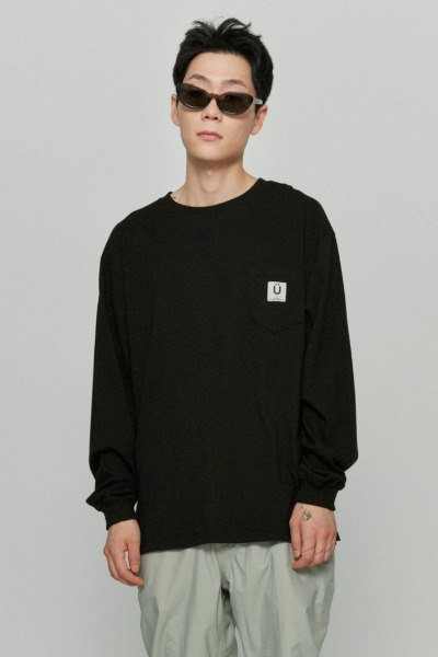 韓国ブランド「ISTKUNST」のLABEL POCKET L/S TEE[BLACK]