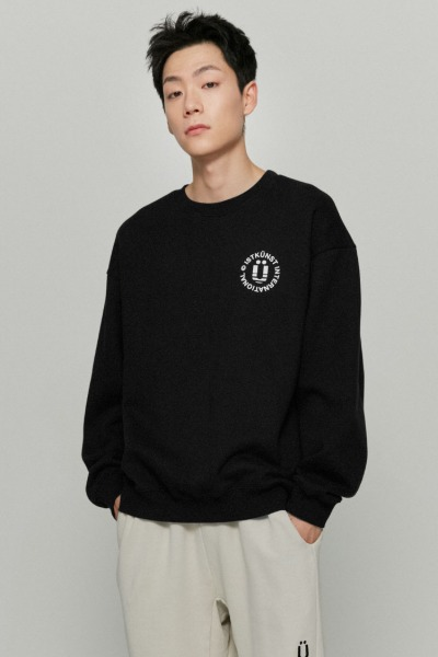韓国ブランド「ISTKUNST」のINT LOGO SWEATSHIRTS[BLACK]