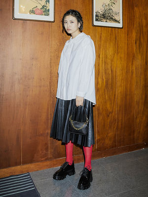 韓国ブランド「OPEN THE DOOR」のleather pleats skirt (2 color) - woman