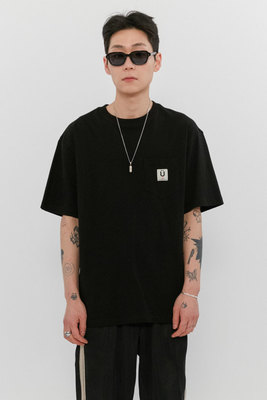 韓国ブランド「ISTKUNST」のLABEL POCKET TEE[BLACK]