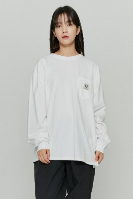 韓国ブランド「ISTKUNST」のLABEL POCKET L/S TEE[WHITE]